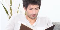 Mand læser en bog