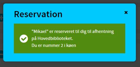"""Blå boks med grøn firkant inden i, hvor der står """"""""Mikael"""" er reserveret til dig til afhentning på Hovedbiblioteket. Du er nummer 2 i køen"""""""
