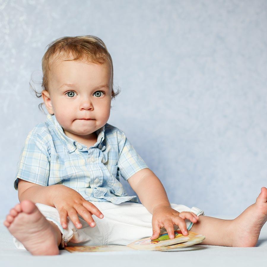 Foto af baby med bog