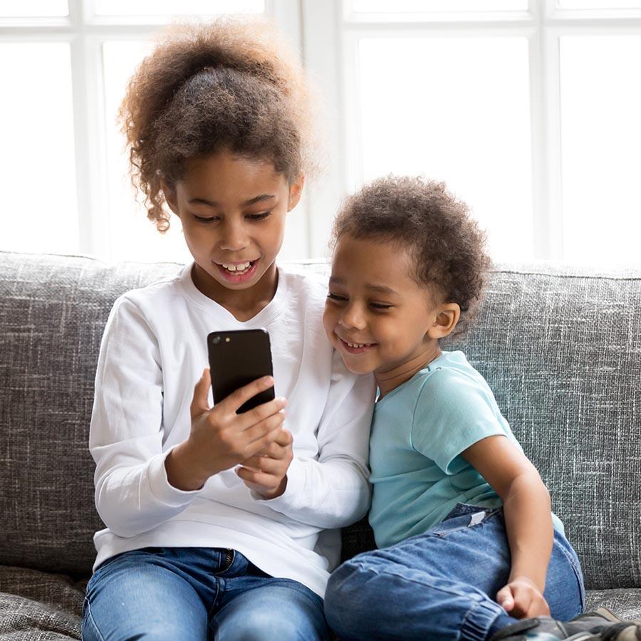 Foto af børn med telefon