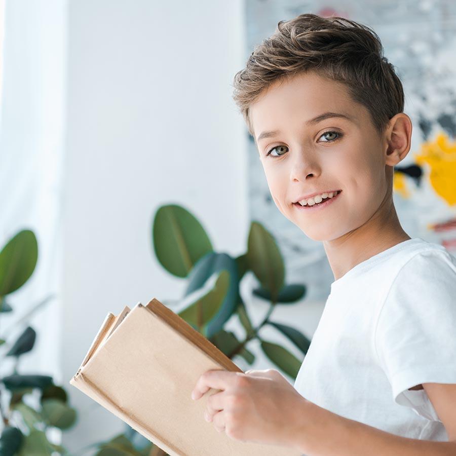 Foto af dreng der læser