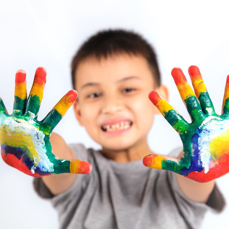 Dreng med maling på hænderne