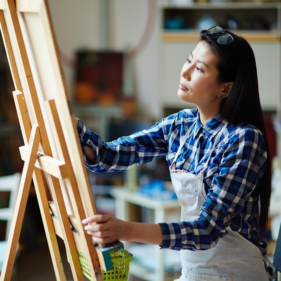 Foto af kvinde der maler et billede