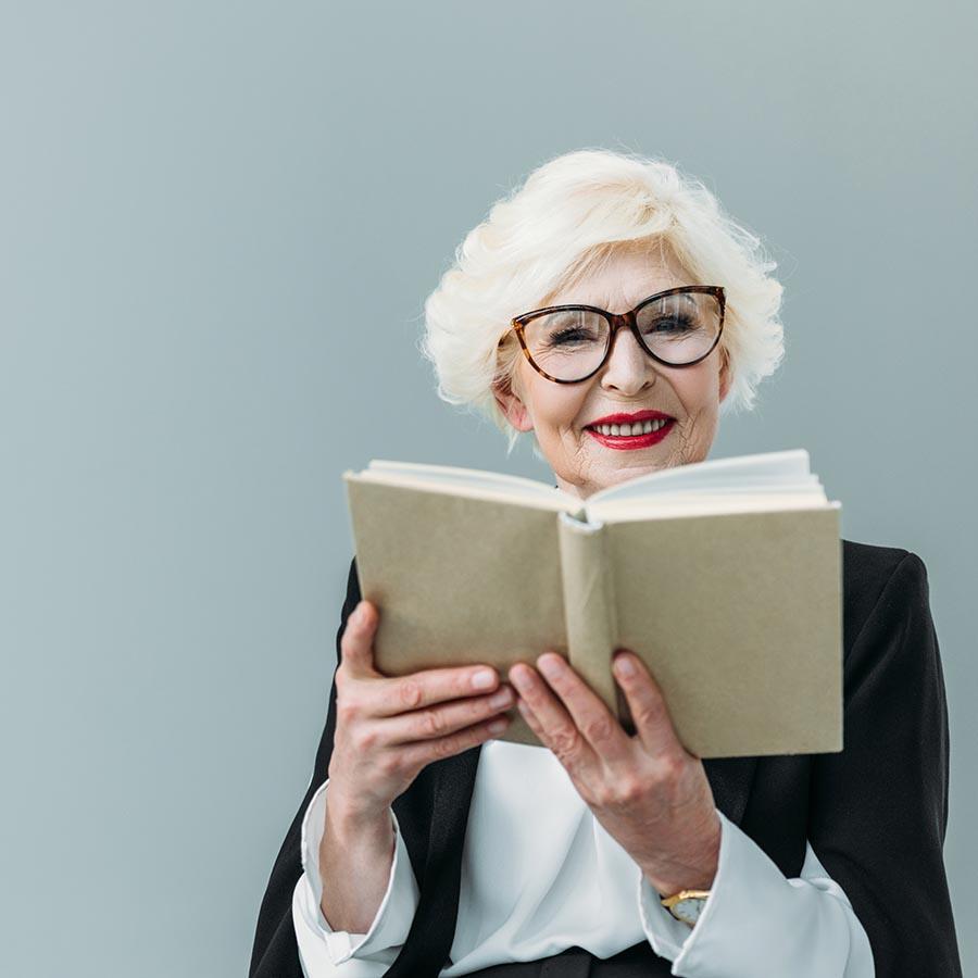 Foto af kvinde der læser en bog