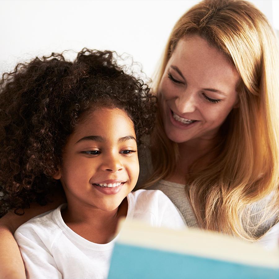 Foto af mor og datter der læser sammen