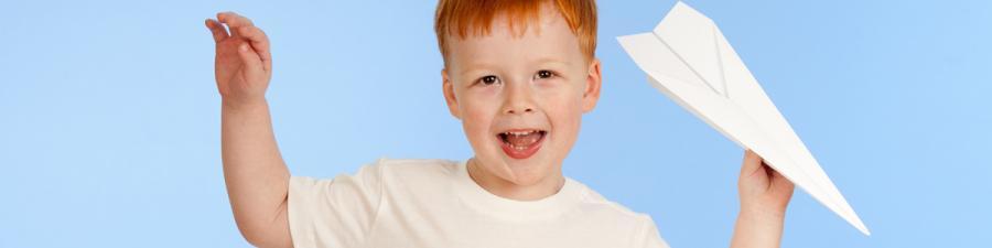 foto af dreng med papirsflyver