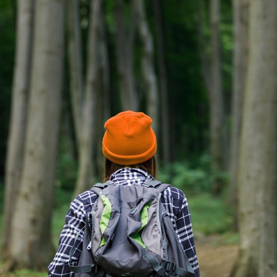 Kvinde på tur i skoven